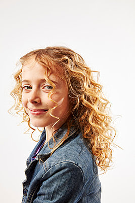 Blonde girl with curly hair smiling  - p968m1128430 by roberto pastrovicchio