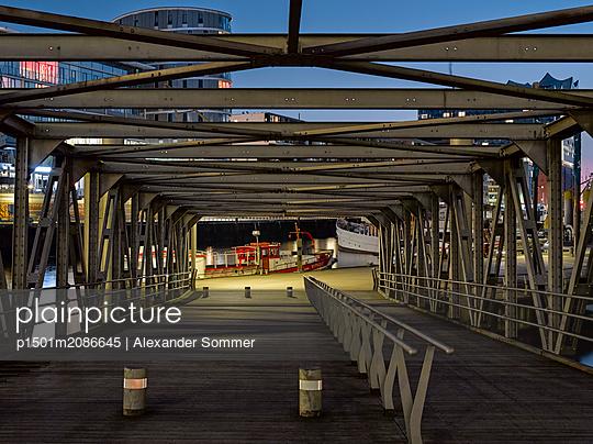 Sandtorhafen in Hamburg - p1501m2086645 von Alexander Sommer