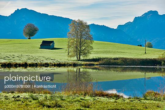 Germany, Bavaria, Allgaeu, landscape with lake at Fuessen - p300m978106f by Kontrastlicht