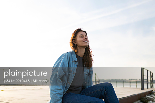 Young woman at the Elbe river, portrait - p341m2210418 by Mikesch