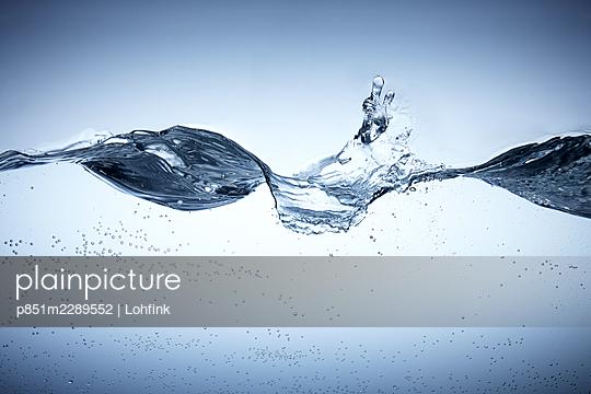 Wave and splashing water - p851m2289552 by Lohfink