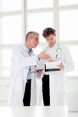 Zwei Ärzte - schauen auf Tablet - p1212m1119454 von harry + lidy