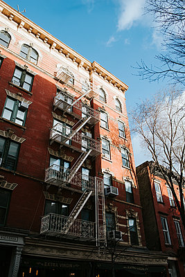 Residential house, facade with fire escape, New York  - p1507m2196544 by Emma Grann