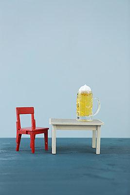 Drinking beer - p454m1123652 by Lubitz + Dorner