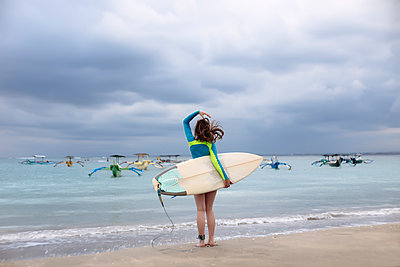 Indonesia, Bali, young woman with surf board - p300m1563129 by Konstantin Trubavin