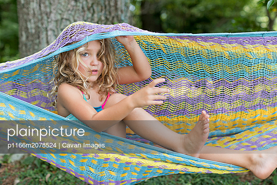 young girl enjoying summer in a hammock - p1166m2078524 by Cavan Images