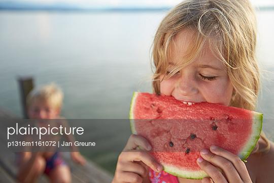 Mädchen isst ein Stück Melone, Starnberger See, Oberbayern, Bayern, Deutschland - p1316m1161072 von Jan Greune
