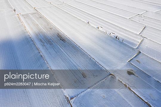 Netherlands, Utrecht, Aerial view of snow covered fields - p924m2283047 by Mischa Keijser