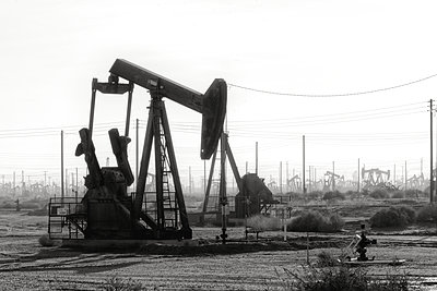USA, California, Oil Drilling - p1154m2203423 by Tom Hogan