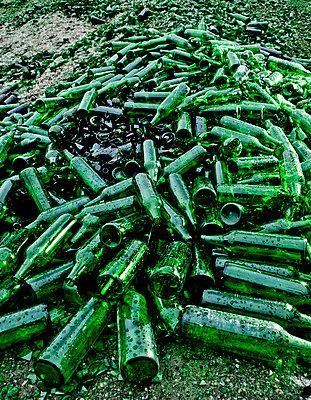 Leere Glasflaschen - p1221m1025750 von Frank Lothar Lange