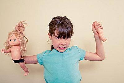 Wütendes Mädchen - p3971039 von Peter Glass