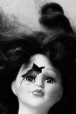 Zerbrochene Puppe - p450m955582 von Hanka Steidle