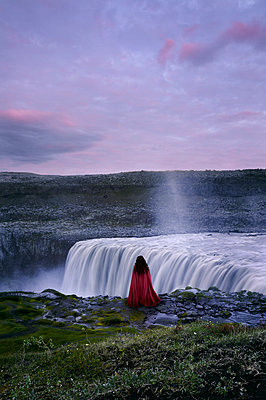 Woman with red cape at Dettifoss – Iceland - p470m2128907 by Ingrid Michel