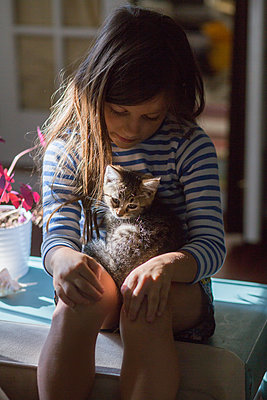 Girl with kitten sitting on lap - p924m1480425 by Kinzie Riehm