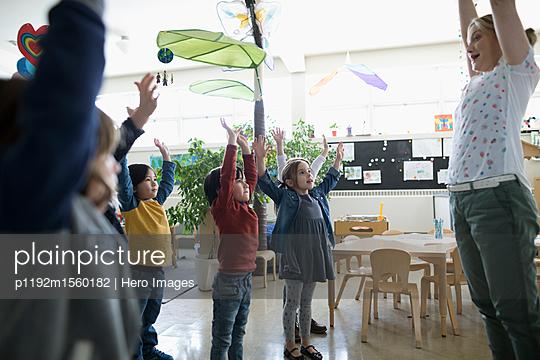 plainpicture - plainpicture p1192m1560182 - Preschool teacher and stude... - plainpicture/Hero Images