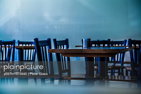 Leere Tische und Stühle in einem Restaurant - p397m1573940 von Peter Glass