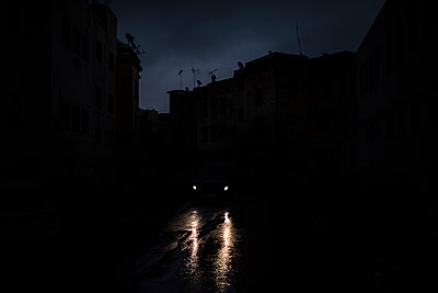 Car headlights in the night - p1007m2092407 by Tilby Vattard
