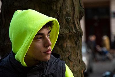 Junge mit neonfarbener Kapuze - p1650m2233710 von Hanna Sachau