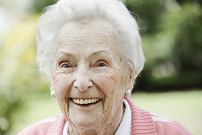 Germany, North Rhine Westphalia, Cologne, Portrait of senior woman, smiling, close up - p300m2213785 by Jan Tepass