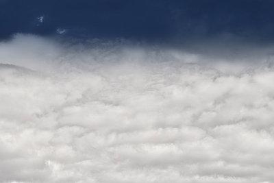 Wolkendecke - p647m1119950 von Tine Butter