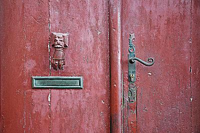 Alte rote Tür - p851m931107 von Lohfink