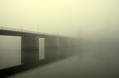 Brücke und Kirche im Nebel - p1443m1503264 von SIMON SPITZNAGEL