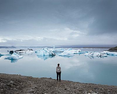 Iceland, Asturland, Vatnajokull National Park, Hiker on shore of Jokulsarlon lake - p352m1349361 by Gustaf Emanuelsson