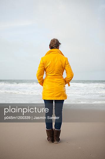 Frau steht einsam am Meer - p045m1200339 von Jasmin Sander