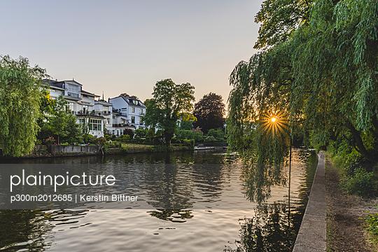 Germany, Hamburg, residential buildings at the Alster - p300m2012685 von Kerstin Bittner