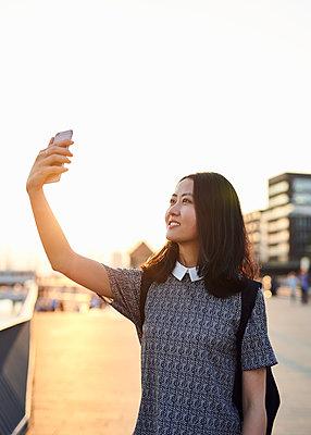 Asiatin macht ein Selfie  - p1124m1169902 von Willing-Holtz
