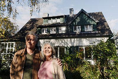 Senior couple in garden of their home in autumn - p300m2156221 von Gustafsson
