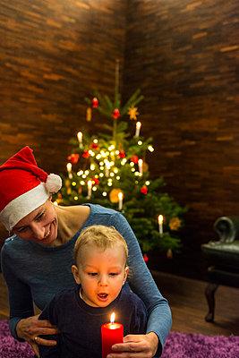 Mutter und kleiner Sohn feiern Weihnachten - p427m1556431 von Ralf Mohr