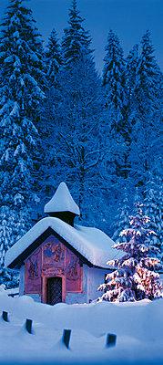 Kapelle mit Weihnachtsbaum bei Klais - p4736598f von STOCK4B-RF