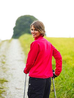 Frau beim Nordic Walking  - p6430106 von senior images