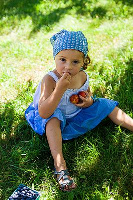 Little girl eating blueberries - p756m740340 by Bénédicte Lassalle