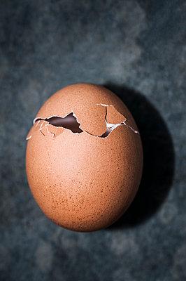 Empty eggshell - p971m1550370 by Reilika Landen