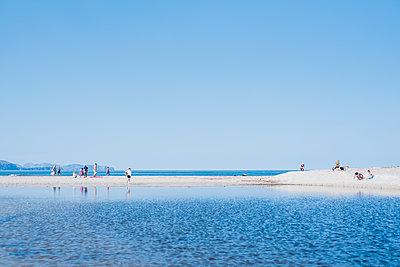 Touristen am Strand - p1046m1467520 von Moritz Küstner