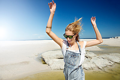 Frau tanzt am Strand - p1355m1476923 von Tomasrodriguez
