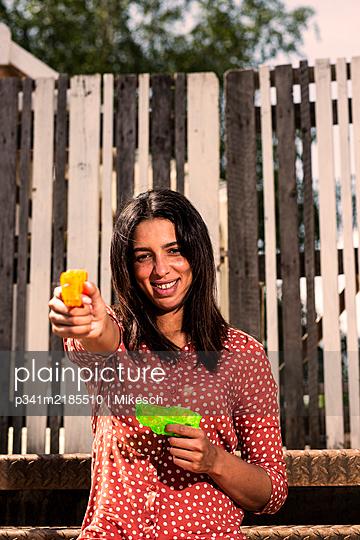 Junge Frau im Sommenschein - p341m2185510 von Mikesch
