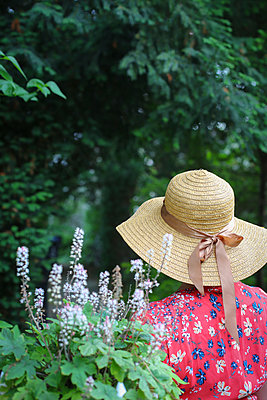 the lady with the straw hat - p1494m2093310 by Inkje Drescher