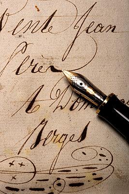 Füller mit altem Brief - p451m1045405 von Anja Weber-Decker