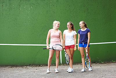 Drei Tennismädels II - p606m856050 von Iris Friedrich