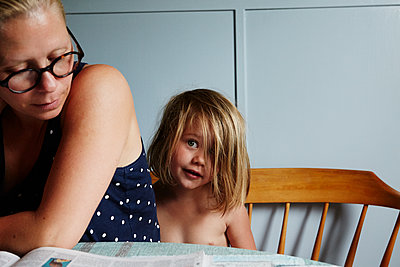 Mother with daughter at home - p972m1088643 by Felix Odell