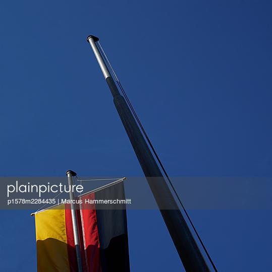 Deutsche Flagge vor blauem Himmel - p1578m2284435 von Marcus Hammerschmitt
