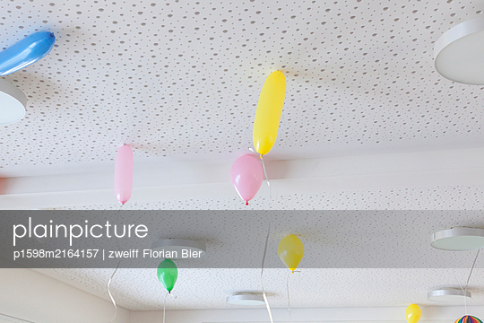Colourful balloons under the ceiling - p1598m2164157 by zweiff Florian Bier