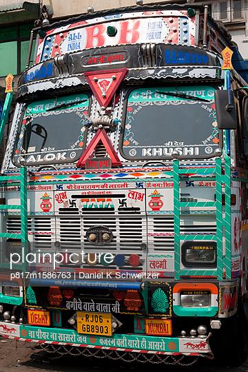Bunt verzierter Bus in Neu Delhi - p817m1586763 von Daniel K Schweitzer