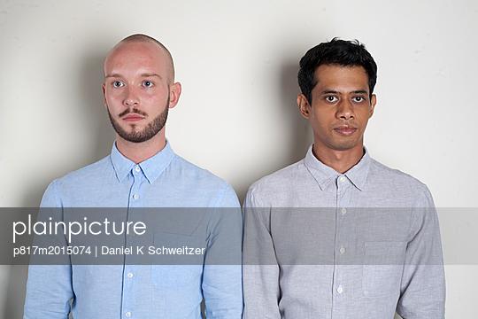 Zwei Männer - p817m2015074 von Daniel K Schweitzer