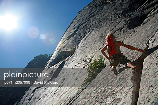 Rock climber in action in Yosemite Valley, California, United States of America, North America - p871m2057998 by David Pickford