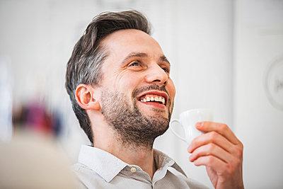 Lachender Mann mit Tasse - p1284m1207840 von Ritzmann