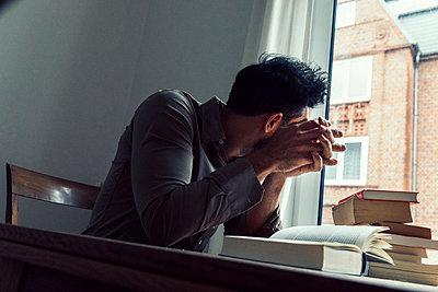 Mann in Arbeitszimmer schaut aus dem Fenster - p1491m1582685 von Jessica Prautzsch